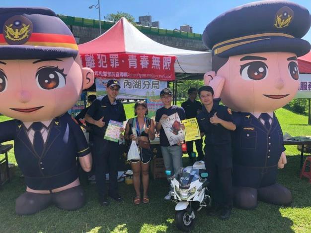 圖說3:員警於大湖公園進行青春專案及交通安全宣導