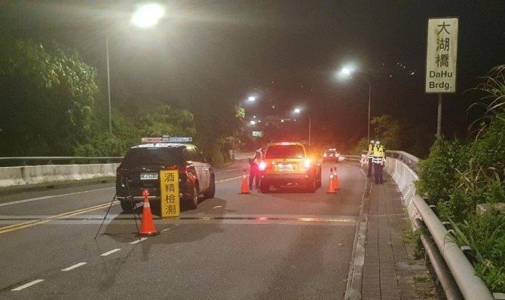 圖說2:員警於大湖隧道周邊執行酒測路檢