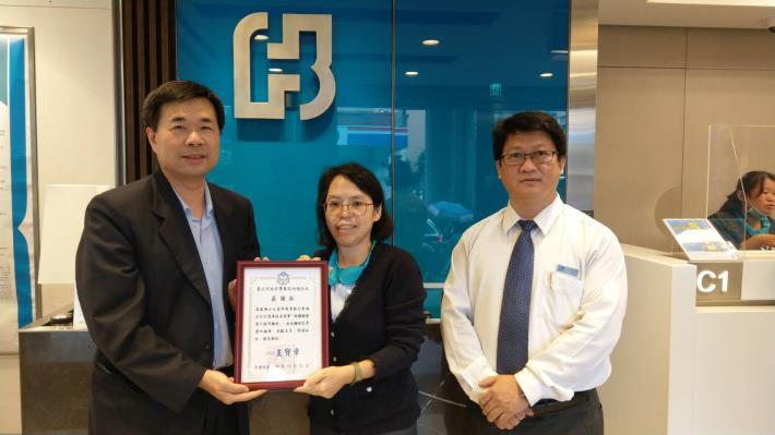 圖說3:內湖分局分局長王寶章親至台北富邦銀行東湖分行致贈感謝狀.JPG