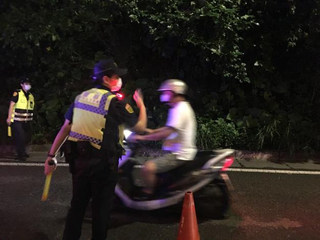 圖說1:內湖警於永保街安康路口執行取締酒駕暨防制危駕勤務