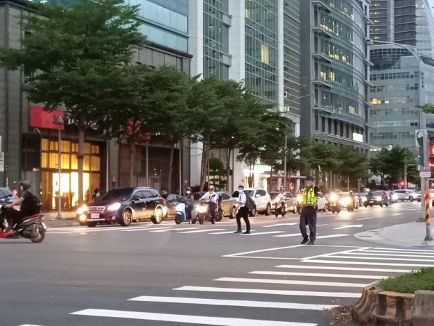 圖說4:員警現場交通疏導照