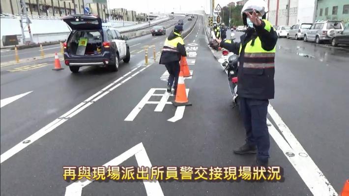 二次事故宣導員警交接現場照片3.JPG