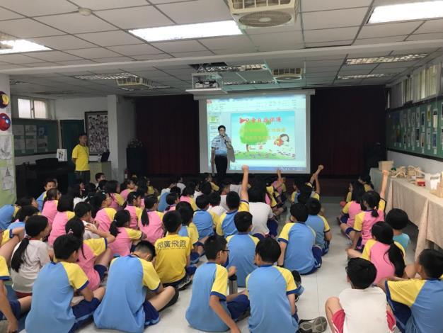 學生舉手發言照片[開啟新連結]