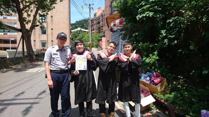 警方與世新大學畢業生合照[開啟新連結]
