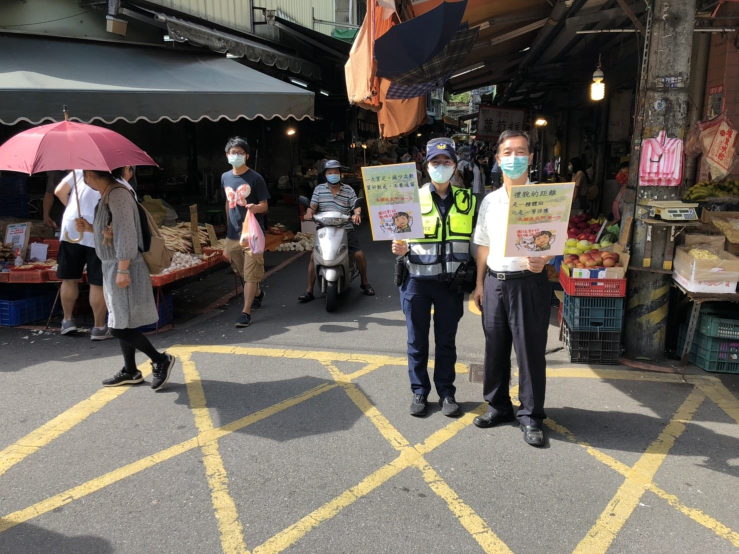 警察向民眾宣導照片