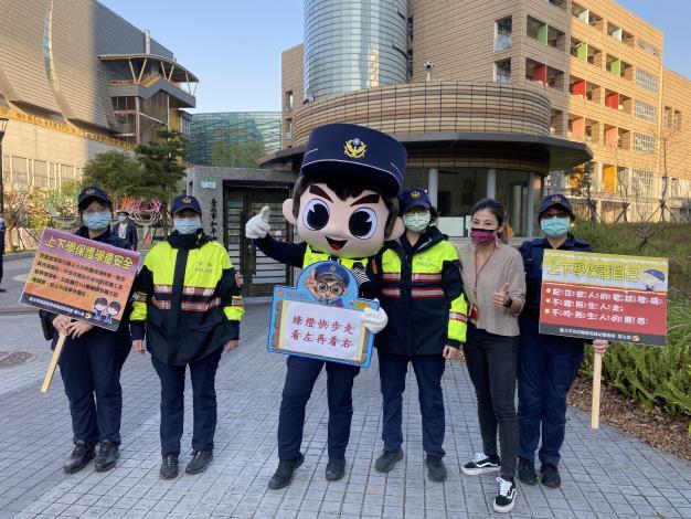 員警與學校老師一起維護學童人身安全.JPG