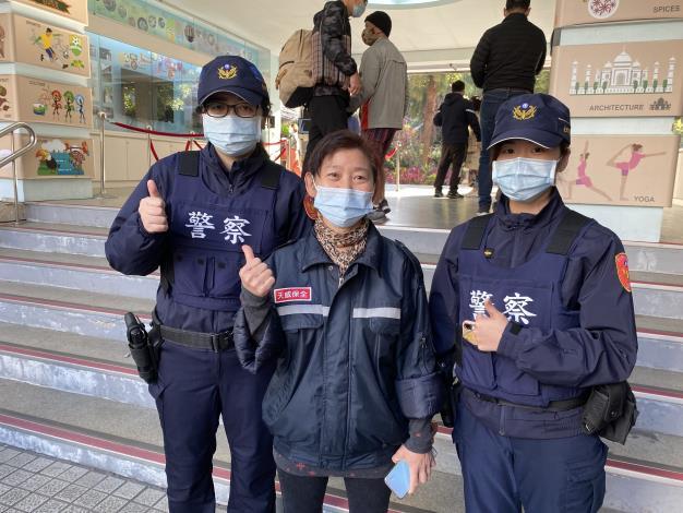 員警與學校保全共同維護校園周邊安全..JPG