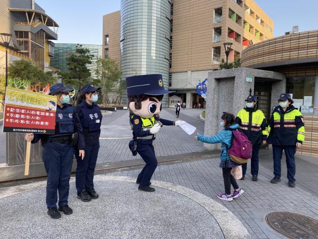 員警出動大頭娃娃發放兒童安全宣導文宣.JPG