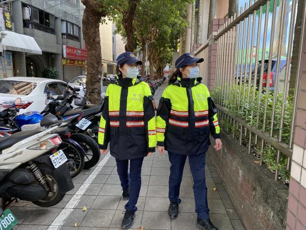 員警於校園週邊步巡查察.JPG