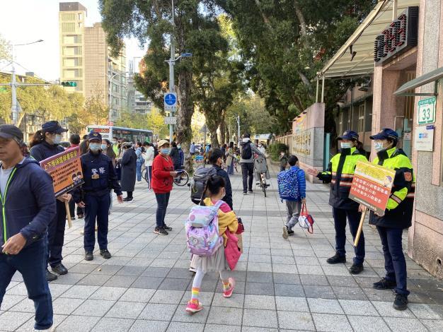 員警於臺北市龍安國小宣導學童上學自我保護事項.JPG