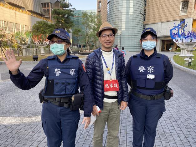 員警協助學校導護老師維護學童上學人身安全.JPG