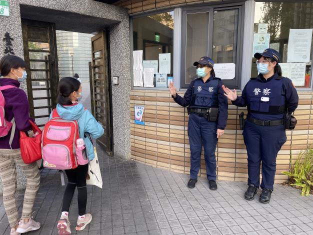 員警於臺北市和平實驗國小維護學童上學安全.JPG