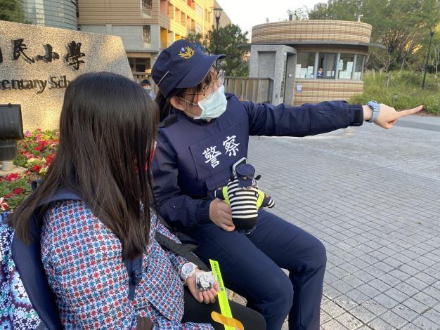 員警對提早到校的學童宣導注意人身安全2.JPG