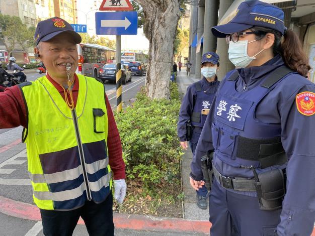 員警與學校志工共同維護校園周邊安全.JPG