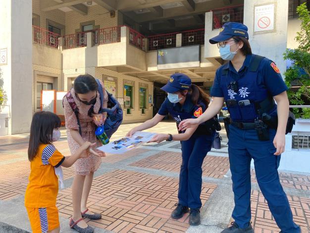 員警至臺北市立啟聰學校宣導自保觀念5.JPG