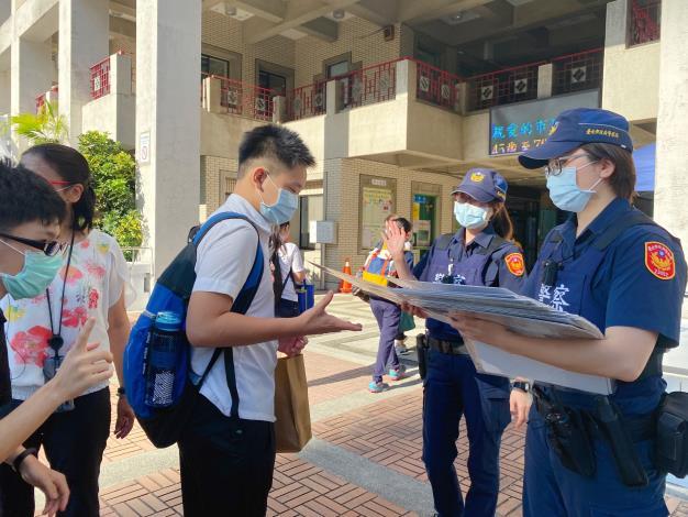 員警至臺北市立啟聰學校宣導自保觀念4.JPG