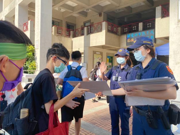 員警至臺北市立啟聰學校宣導自保觀念3.JPG