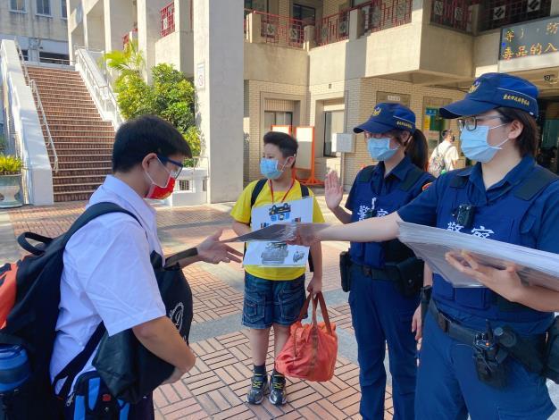 員警至臺北市立啟聰學校宣導自保觀念1.JPG