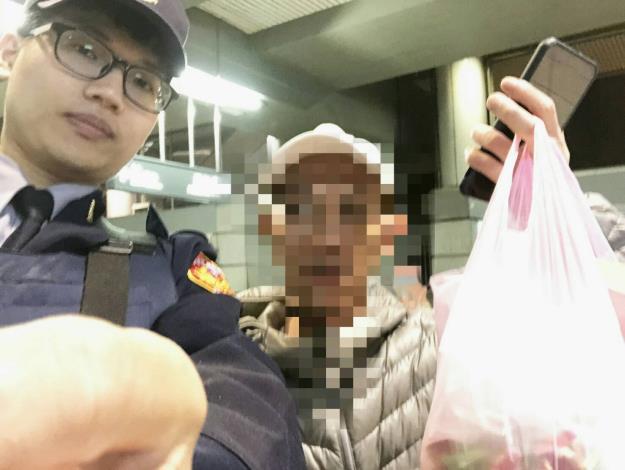 警員林宥翔與失主范先生照片[開啟新連結]
