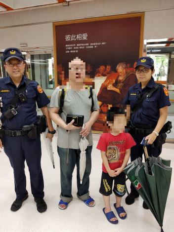 警員吳泰彰、吳芯穎與當事人及家屬合照