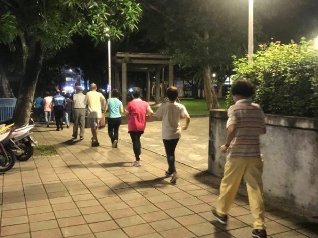 健走隊在人行道進行健走運動