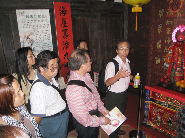 The teacher explained the elder's birthday customs in the afternoon.(10/13)