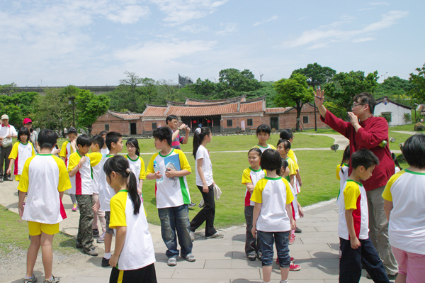 Students were learnig in the courtyard.(4/20)