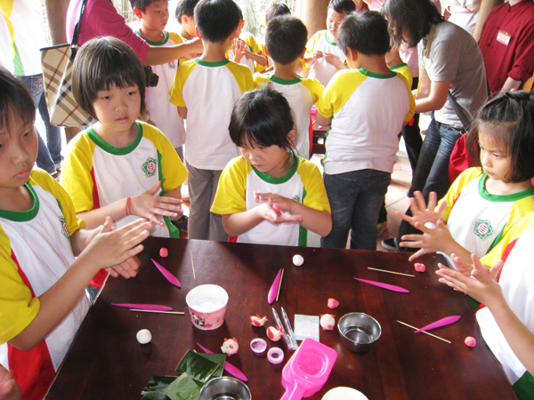 Students were making the festival foods.(4/20)