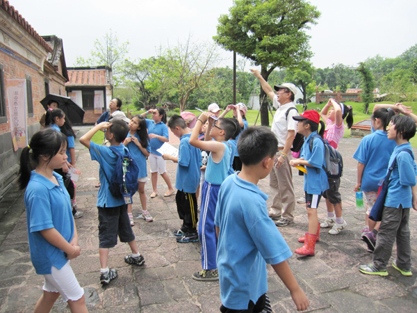 Students were learnig in the courtyard.(6/15)