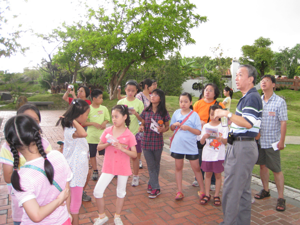 Students were learnig in the courtyard.(7/26)