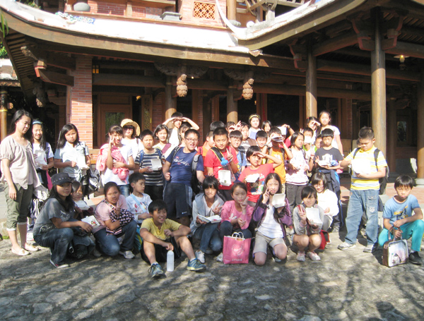 Students took a picture together.(10/19)