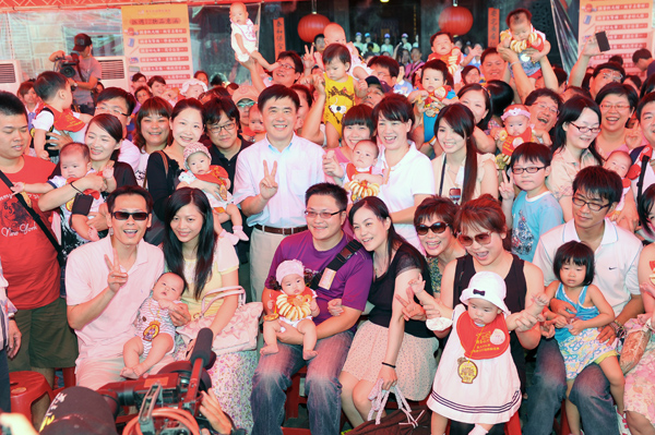 Mayor Hao took a picture with all babies.