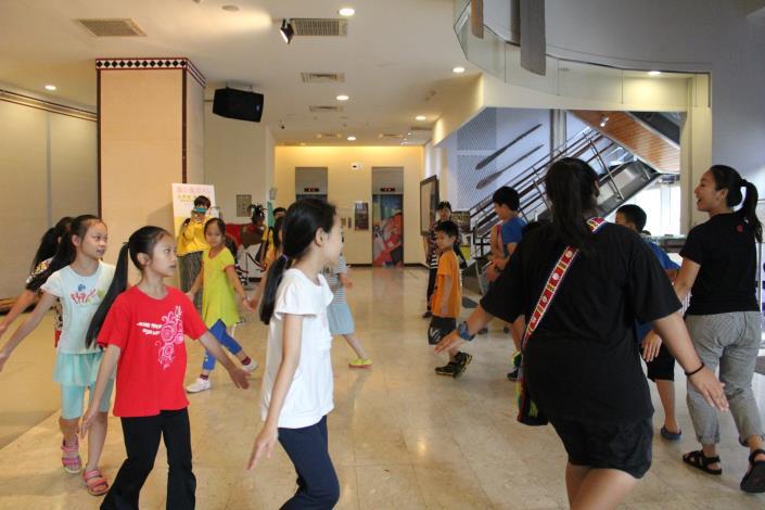 活動人員和學員們一起轉圈圈跳舞