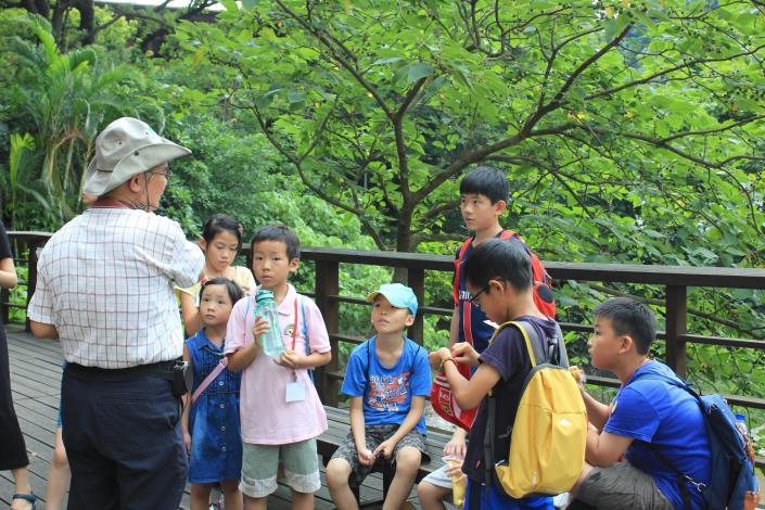 導覽員與學員開心討論