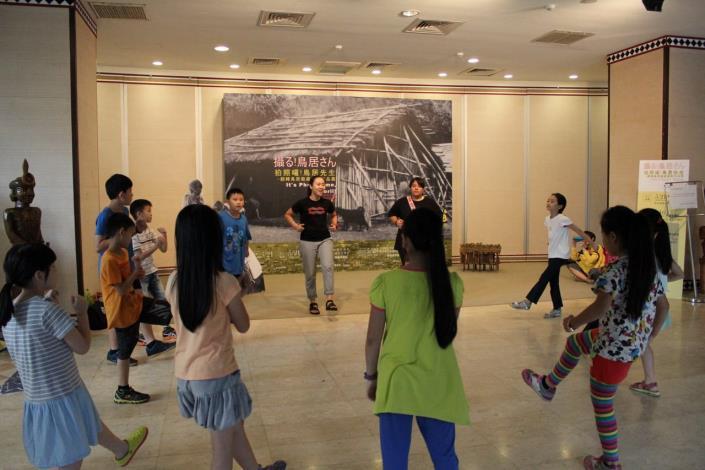 活動人員和學員們一起抬腳跳舞