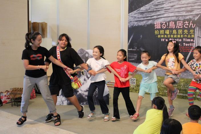 活動人員和學員們一起快樂的跳舞