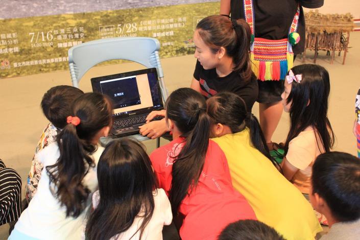 活動人員和學員們一起看筆電討論