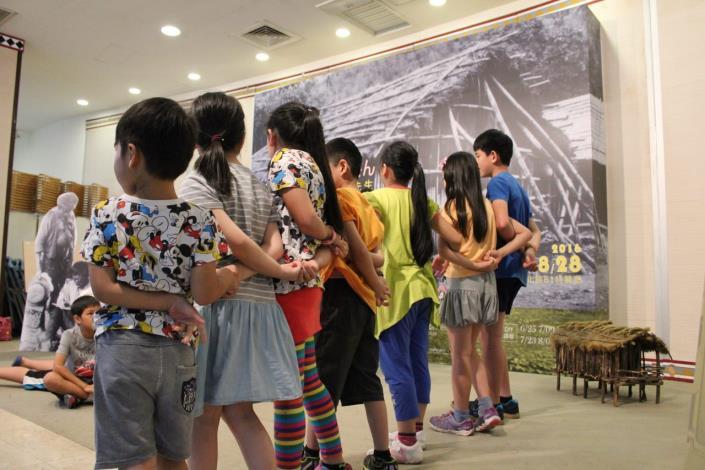 學員們手遷手快樂的跳舞