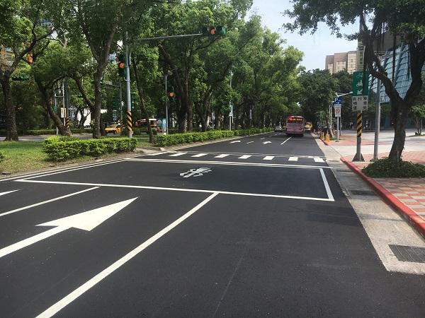 The slow traffic lane on Dunhua N. Rd.