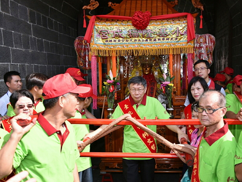Mayor Ko served as one of the bearers carrying the palanquin of the Golden Face Matsu.
