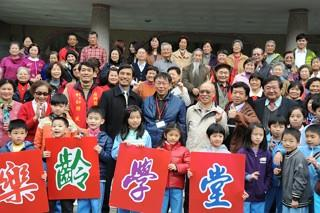 Mayor Visits Beitou Community College, Shipai Elementary School Elderly Learning Program