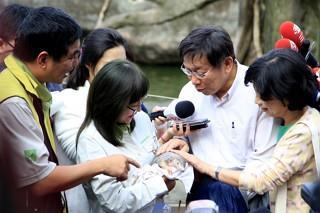 Mayor Visits Taipei Zoo, Takes Maokong Gondola