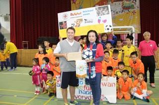 International Soccer Celebrity Visits Elementary School Soccer Team