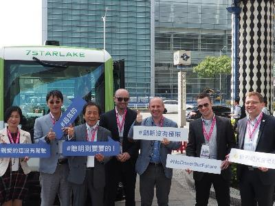 The self-driving minibus was exhibited publicly at the outdoor demonstration area (near exit No. 2 of the MRT Nangang Exhibition Hall station), attracting visiting mayors and representatives from overseas cities. The delegates has an opportunity to experience the potentials of self-driving vehicles.