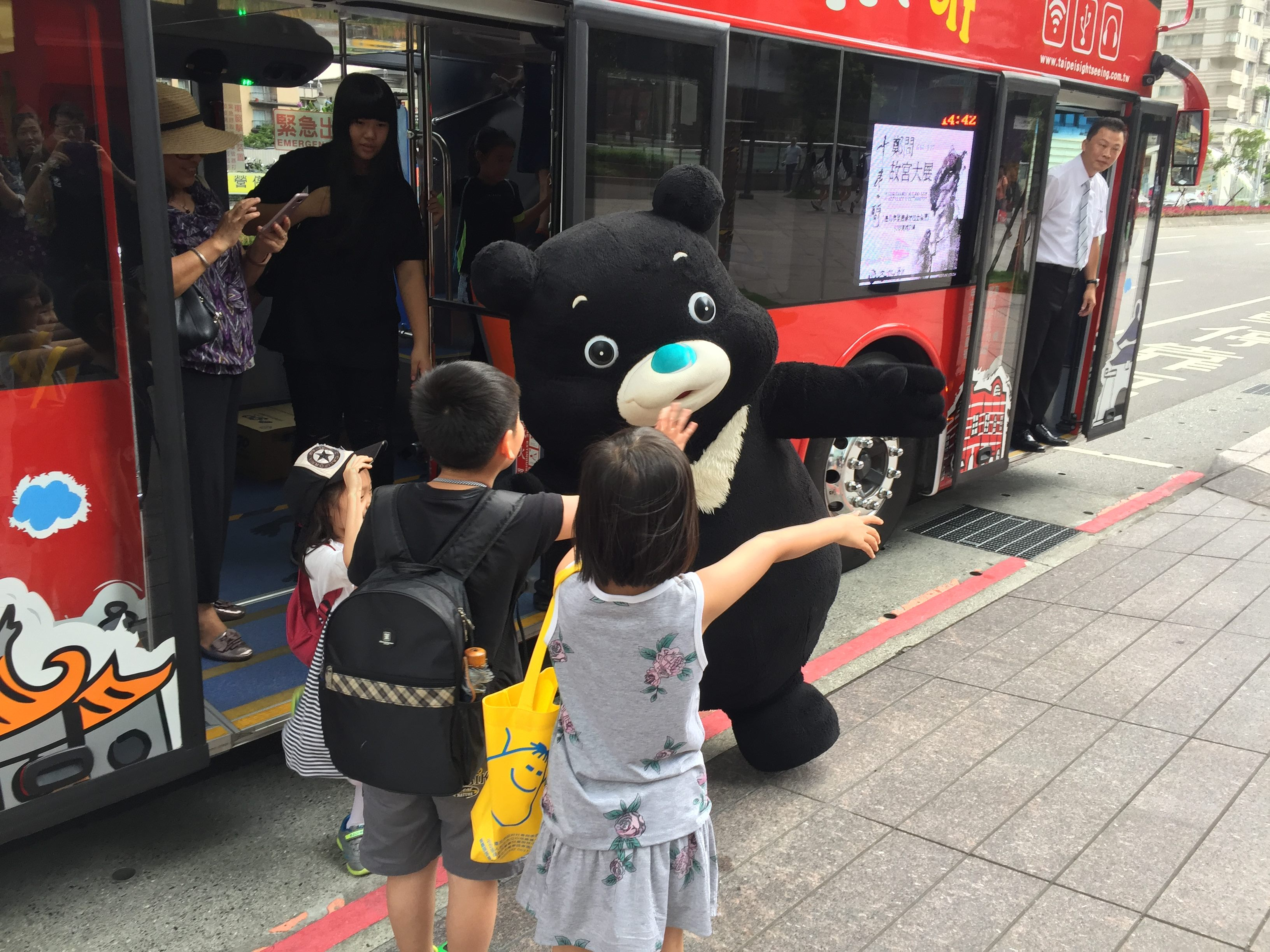 Kids from Disadvantaged Families Enjoy Double-decker Bus Trip