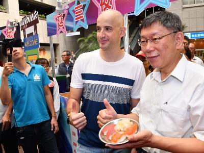 Mayor Kicks-off Night Market Fes