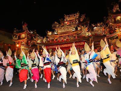 Mayor Ko Enjoys Awa-odori Performance at Songshan Ciyou Temple