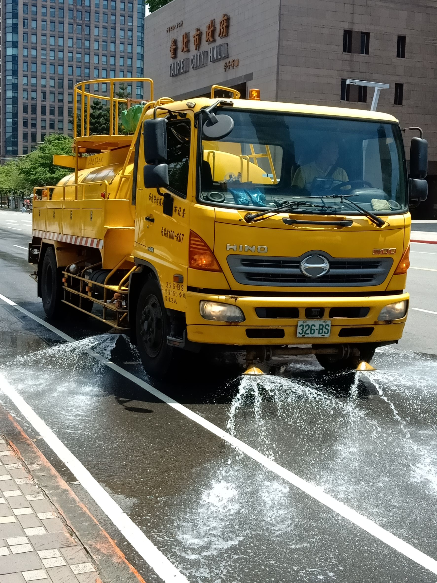DEP dispatched 5 sprinkler trucks to cool down road surface temperatures by sprinkling a total of 150 tons of water