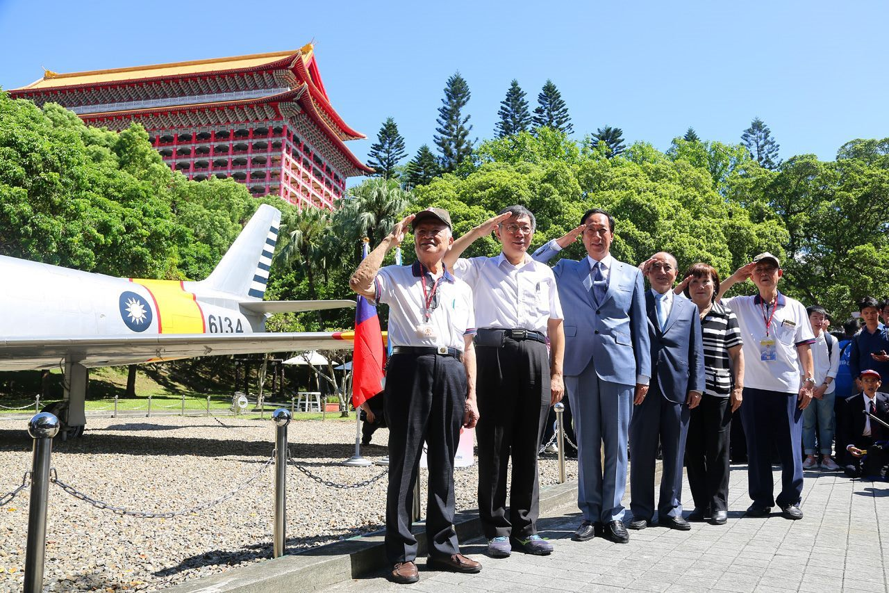 Mayor Ko and guests at the 823 Memorial Park