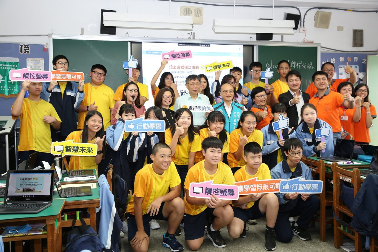 Mayor Ko with students of Shijian Junior High School